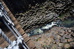 吊桥有河视图 免版税库存图片