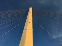 吊桥柱子和缆绳 免版税库存照片