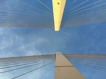 吊桥柱子和缆绳 免版税库存图片