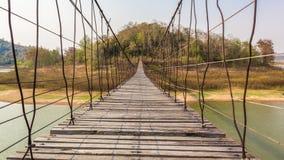 吊桥由木头和吊索制成 免版税库存图片