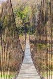 吊桥由木头和吊索制成 免版税图库摄影