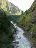 从吊桥的卡利市Gandaki河在达娜附近 免版税图库摄影