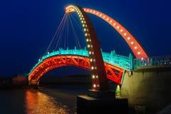 吊桥的夜视图 免版税图库摄影