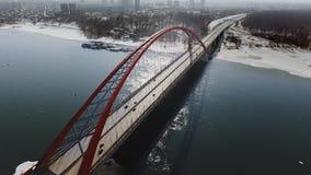 吊桥鸟瞰图在蓝色河的有雾的城市的在backbround ?? 从直升机的射击 影视素材