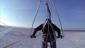 吊滑翔机在一个多雪的草甸和森林离开 影视素材