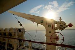 吊艇架系统和救生船在一艘商业船上 库存图片