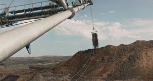 拖绳挖掘机装载土壤、粘土 露天矿作业步行挖掘机 采石场作业重型机械 打开 股票录像