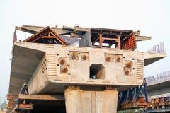 吊索在第一段停留的水泥桥梁建筑 库存图片