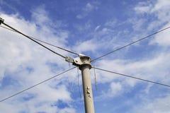 吊索在蓝天的金属杆 库存照片