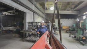 吊索操作员在工厂工作 影视素材