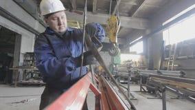 吊索操作员在工厂工作 股票视频