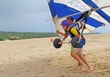 吊滑翔学生为在沙丘的起飞做准备在北部C 库存照片