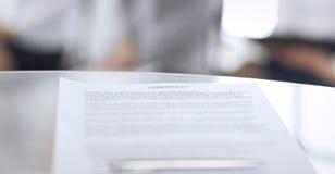 同一个笔和被弄脏的商人背景的,特写镜头的合同 等待采访的女性候选人在 免版税库存图片