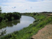 同一条河的两河岸 免版税库存照片