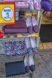 同一种颜色的鞋子和提包在商店窗口里 免版税库存图片