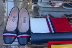 同一种颜色的鞋子和提包在商店窗口里 免版税库存照片