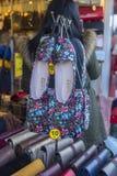 同一种颜色的鞋子和提包在商店窗口里 免版税图库摄影