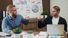 同事在办公室做拳头爆沸 股票视频