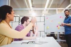 同事在激发灵感会议期间的证券交易经纪人行情室在创造性的办公室 库存照片