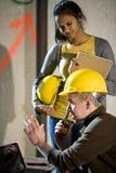 同事建筑女性男性工作者 免版税库存图片