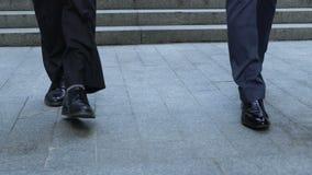 同事沿着走台阶的,商人在工作日结束时,专家 影视素材