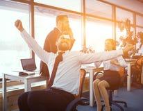 同事的乐趣片刻在晴朗的办公室 免版税库存图片