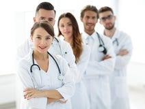 同事背景的妇女儿科医生  免版税库存图片