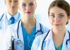 同事组医院纵向微笑 免版税库存照片