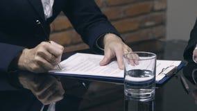 同候选人的女实业家签署的工作合同 股票视频