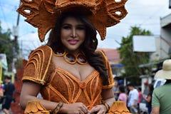 同性恋者穿的华丽椰子服装,他在街道上温文地跳舞 库存照片
