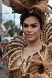 同性恋者穿的华丽椰子服装,他在街道上温文地跳舞 库存图片