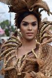 同性恋者穿的华丽椰子服装,他在街道上温文地跳舞 免版税库存照片