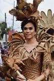 同性恋者穿的华丽椰子服装,他在街道上温文地跳舞 免版税库存图片