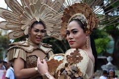 同性恋者穿的华丽椰子服装,他在街道上温文地跳舞 图库摄影