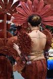 同性恋者穿的华丽椰子服装,他在stree温文地跳舞 免版税库存图片