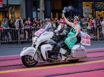 同性恋自豪日游行在旧金山-在自行车的堤带领巴拉 免版税图库摄影