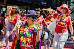同性恋自豪日游行在旧金山- 图库摄影