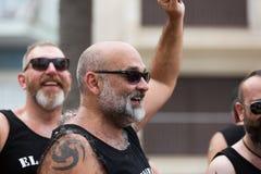 同性恋自豪日的愉快的有胡子的人在锡切斯游行 免版税图库摄影