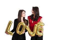 同性爱概念 从lgbt社区的两个美丽的女性妇女女孩有在2月14日愉快valent的长的华美的头发的 免版税库存照片