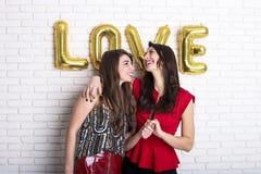 同性爱概念 从lgbt社区的两个美丽的女性妇女女孩有在2月14日愉快valent的长的华美的头发的 库存图片