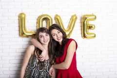 同性爱概念 从lgbt社区的两个美丽的女性妇女女孩有在2月14日愉快valent的长的华美的头发的 免版税图库摄影