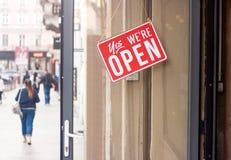 同意的企业标志,我们是垂悬在门的Open 免版税库存照片