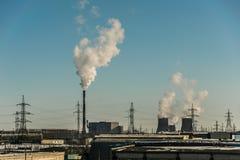 同时发热发电植物在城市 免版税库存图片