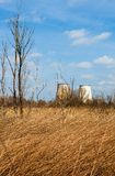同时发热发电植物的冷却塔在Kyiv,乌克兰附近的 库存图片