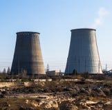 同时发热发电植物的冷却塔在Kyiv,乌克兰附近的 免版税库存照片