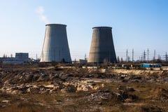 同时发热发电植物的冷却塔在Kyiv,乌克兰附近的 图库摄影
