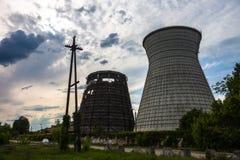 同时发热发电植物的冷却塔在Kyiv,乌克兰 库存图片
