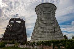 同时发热发电植物的冷却塔在Kyiv,乌克兰 图库摄影