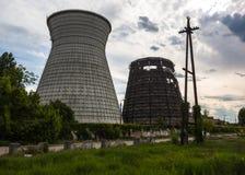 同时发热发电植物的冷却塔在Kyiv,乌克兰 免版税库存图片