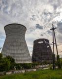 同时发热发电植物的冷却塔在Kyiv,乌克兰 免版税库存照片